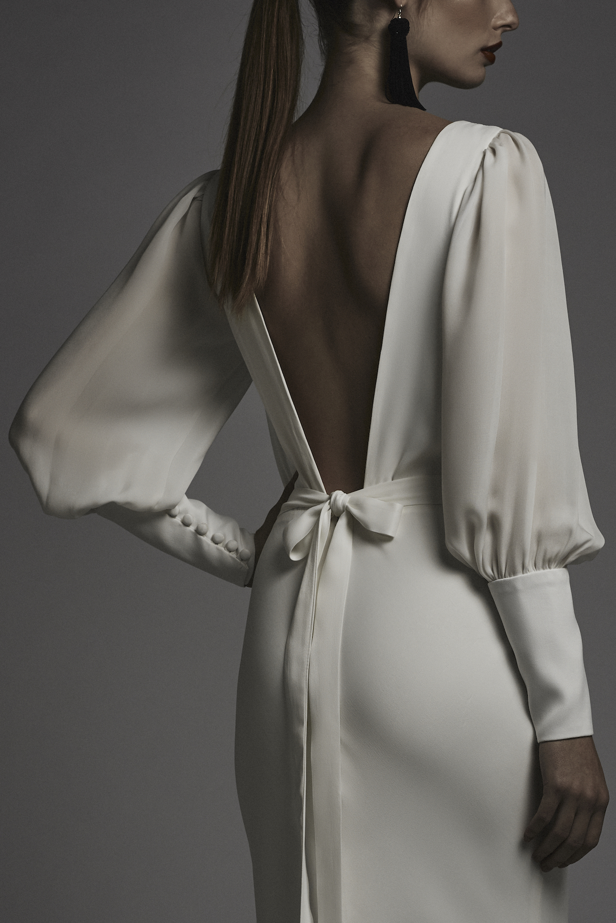 Платье молочного цвета с открытой спиной из крепдешина