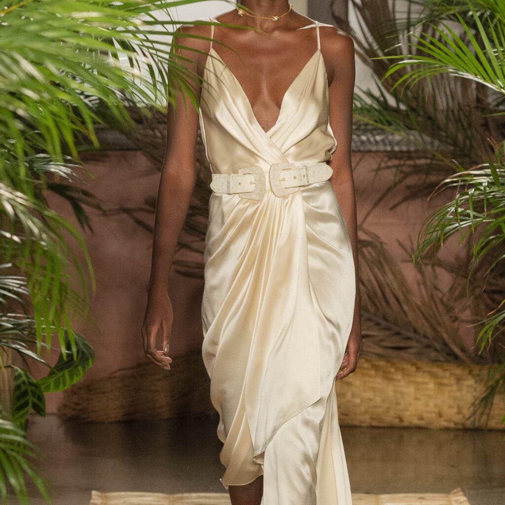 Ткань для вечернего платья с глубоким декольте