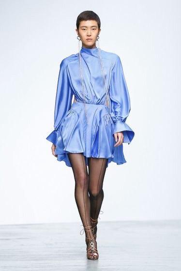 Фасон платья на новый год, вечернее, коктейльное шелковое платье мини с длинным рукавом. голубого, небесного цвета